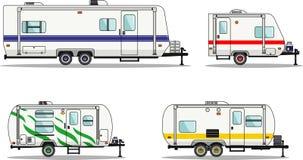 Satz Reiseanhängerwohnwagen auf einem Weiß Stockbilder