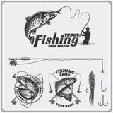 Satz Retro- Fischenaufkleber, -ausweise, -embleme und -Gestaltungselemente Weinleseartdesign Stockfotos