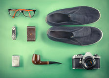 Satz Retro- Hippie-Spott oben Laptop, alte Kamera, Tablette und Schornstein auf grünem Hintergrund Gefiltertes Bild Stockfoto
