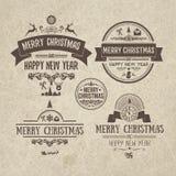 Satz Retro- Weinlese Weihnachtsgestaltungselemente, Aufkleber, Emblem auf altem verkratztem Papier Lizenzfreie Stockbilder