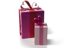 Satz rosa Geschenkboxen auf weißem Hintergrund Stockfoto