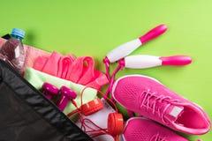 Satz rosa Sachen für ein Frauentraining liegt auf einem Hintergrund des grünen Grases Lizenzfreie Stockfotografie