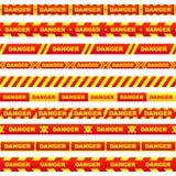 Satz rote Bänder mit dem gelben Beschriftungsgefahrenschädel und Streifen, die gefährlichen Platz auf einem weißen Hintergrund an stock abbildung