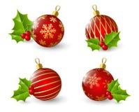 Satz rote Weihnachtsbälle mit Stechpalme Stockbild