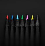 Satz schöne farbige schwarze Bleistifte, flache Schärfentiefe Stockfoto
