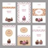 Satz schöne Kartenschablonen Nette Karten mit kleinem Kuchen Stockbild