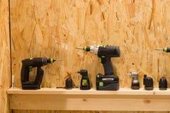 Satz Schraubenzieheradapter-Stückchendüsen auf hölzernem Regal Stockbilder