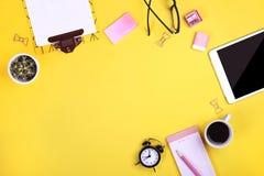 Satz Schulbedarf mit einfachem Bleistiftstift, leer Listennotizbuchblätter, leeres Auswahlkästchen tun Verfasser ` s Arbeitsplatz Stockfoto