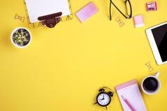 Satz Schulbedarf mit einfachem Bleistiftstift, leer Listennotizbuchblätter, leeres Auswahlkästchen tun Verfasser ` s Arbeitsplatz Lizenzfreie Stockfotos