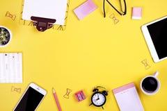 Satz Schulbedarf mit einfachem Bleistiftstift, leer Listennotizbuchblätter, leeres Auswahlkästchen tun Verfasser ` s Arbeitsplatz Stockfotos