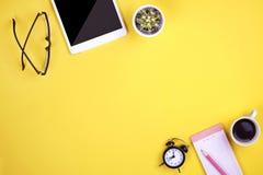 Satz Schulbedarf mit einfachem Bleistiftstift, leer Listennotizbuchblätter, leeres Auswahlkästchen tun Verfasser ` s Arbeitsplatz Lizenzfreies Stockfoto