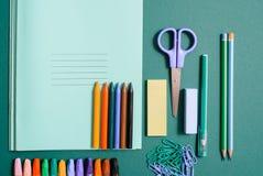 Satz Schulbedarf mit Notizbuch, Stift, Bleistift, Scheren und Clipn lizenzfreies stockbild