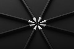 Satz schwarze Bleistifte auf schwarzem Hintergrund Stockbilder