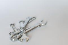 Satz silberne metallische Schlüssel, lokalisierte Gegenstände Stockbild