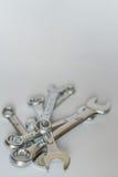 Satz silberne metallische Schlüssel, lokalisierte Gegenstände Stapel von wrenc Stockbild