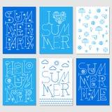 Satz Sommerposter mit Aufschriften und Sommerikonen vektor abbildung