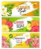 Satz Sommerschlussverkauffahnenschablonen mit mit realistischen tropischen Blättern und schönen Blumen Tapete, Flieger, Einladung Stockfotos