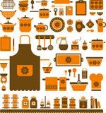 Satz sortierte Küchenwerkzeuge und -teller Stockfoto