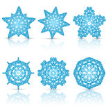 Satz Spitzen- Schneeflocken blau mit Reflexion Lizenzfreies Stockbild