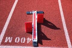 Satz Startblöcke beim 400-Meter-Anfang stockfotografie