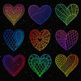 Satz Steigungs-bunte Herzen lokalisiert auf schwarzem Hintergrund Stockfoto