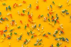 Satz Sto?stifte in den verschiedenen Farben thumbtacks Beschneidungspfad eingeschlossen Auf gelbem Hintergrund lizenzfreies stockbild