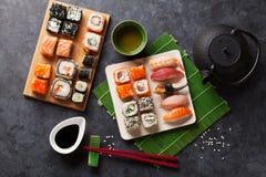 Satz Sushi, maki und grüner Tee Lizenzfreie Stockfotografie