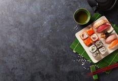 Satz Sushi, maki und grüner Tee Lizenzfreie Stockfotos
