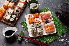Satz Sushi, maki und grüner Tee Stockbilder
