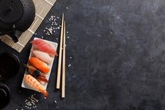 Satz Sushi und grüner Tee Stockfoto