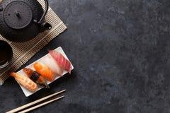 Satz Sushi und grüner Tee Stockbild