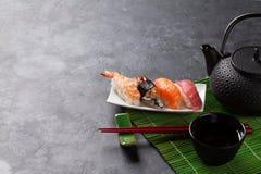 Satz Sushi und grüner Tee Lizenzfreie Stockfotografie
