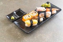 Satz Sushi und maki Rolle Stockfotos