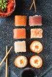 Satz Sushirollen der Lachsforellengarnele der frischen Fische Lizenzfreie Stockfotos