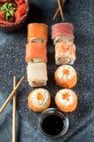Satz Sushirollen der Lachsforellengarnele der frischen Fische Lizenzfreie Stockfotografie