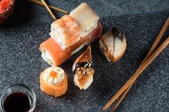 Satz Sushirollen der Lachsforellengarnele der frischen Fische Lizenzfreie Stockbilder