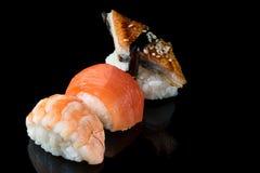 Satz Sushirollen des Lachsforellengarnelenaals der frischen Fische Stockbild