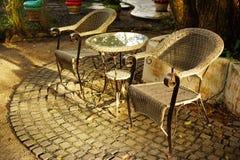 Satz Tabelle und Stühle im Garten Lizenzfreies Stockbild