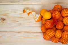 Satz Tangerinen auf dem Tisch Stockfotos