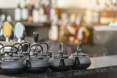 Satz Teekannen im Badekurort lizenzfreies stockfoto