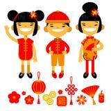 Satz traditionelle Symbole und Charaktere des Chinesischen Neujahrsfests Zwei Mädchen und Junge Vektorillustration des flachen De Stockfotografie