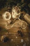 Satz trockene Bestandteile für Ingwerplätzchen, verziert in einem Glas, Weinlese, getont stockfoto
