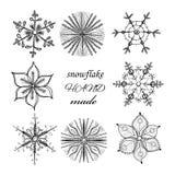 Satz unterschiedliche Hand gezeichnete Schneeflocken Lizenzfreie Stockbilder