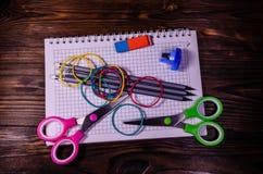 Satz unterschiedliches Schulbriefpapier Notizblock, Scheren, pensils Stockfoto