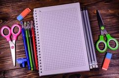 Satz unterschiedliches Schulbriefpapier Notizblock, Scheren, pensils Stockfotografie