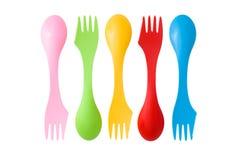 Satz varicolored kampierende Tischbesteckplastikwerkzeuge Lizenzfreies Stockbild
