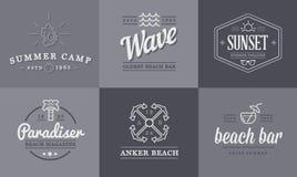 Satz Vektor-Strand-Seebar-Elemente und Sommer können als Logo benutzt werden Lizenzfreies Stockfoto