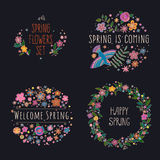 Satz Vektorbeschriftung auf Frühling mit dekorativen Blumen-, Blatt- und Vogelelementen auf schwarzem Hintergrund, die gezeichnet Lizenzfreies Stockbild