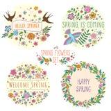 Satz Vektorbeschriftung auf Frühling mit dekorativen Blumen-, Blatt- und Vogelelementen auf weißem und beige Hintergrund, Hand Lizenzfreie Stockbilder