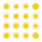 Satz Vektorikonen der gelben Sonne kreist mit den Strahlen ein, die im einfachen geometrischen Stil gemacht werden Sonniges Konze Lizenzfreie Stockfotografie